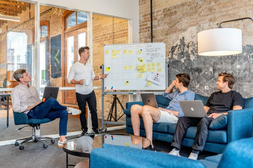 Projektteam plant mit Whiteboard