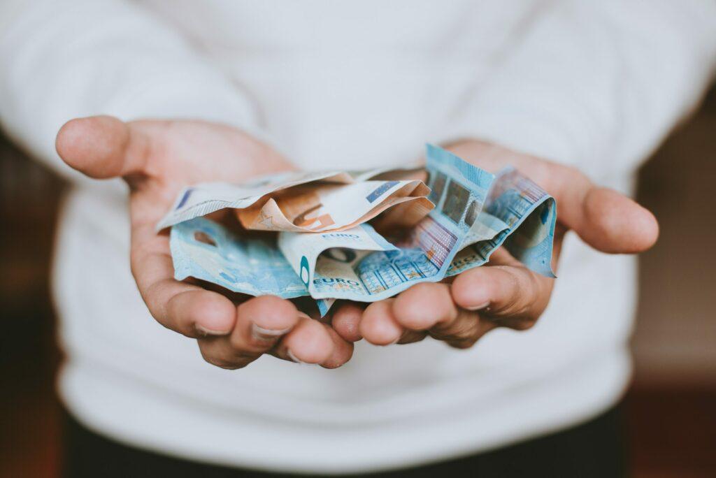 Geldscheine in Händen
