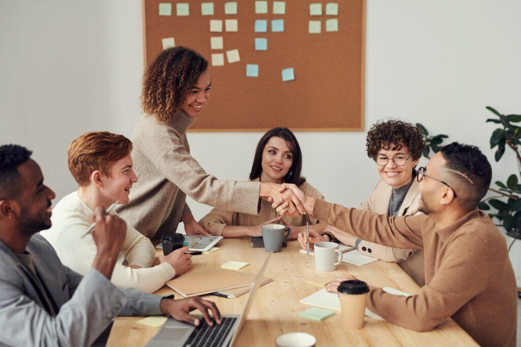 Diverses Team arbeitet zusammen