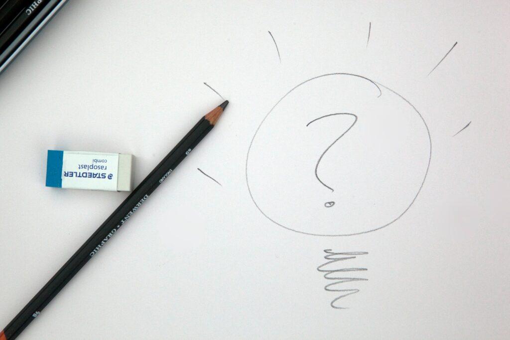 Fragezeichen auf Blatt Papier