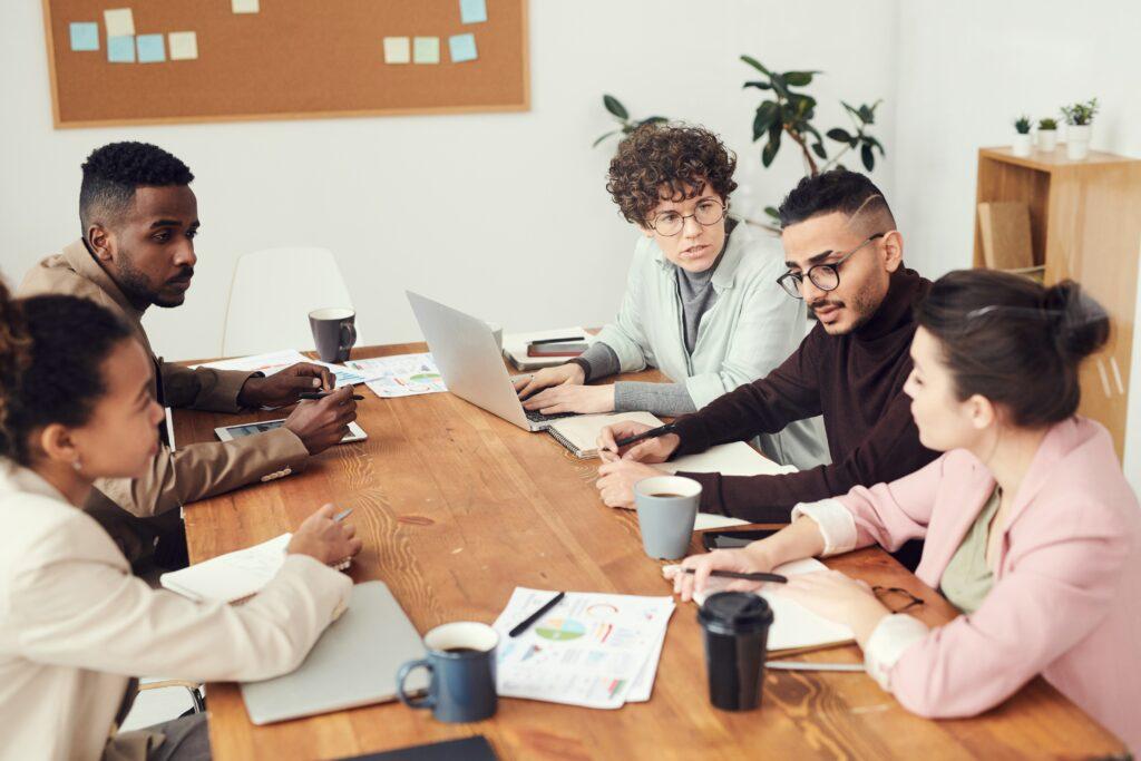 Team führt Diskussion an einem Tisch